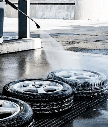 Reifen waschen mit einem Hochdruckreiniger